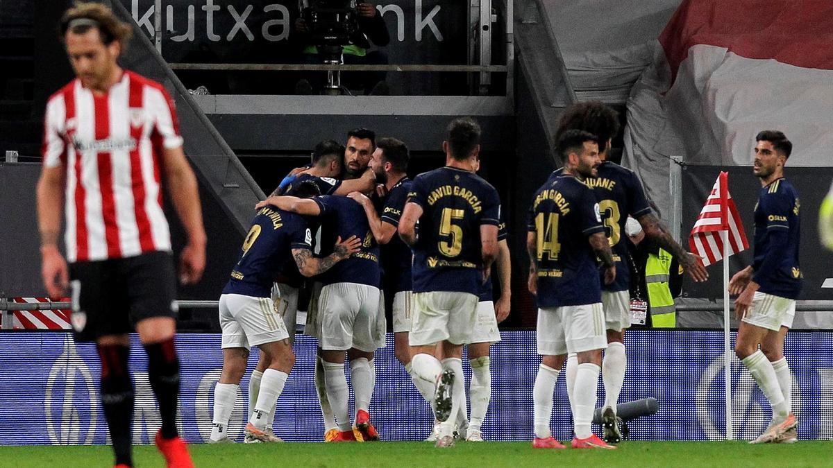 Los jugadores de Osasuna celebran ante el Athletic.