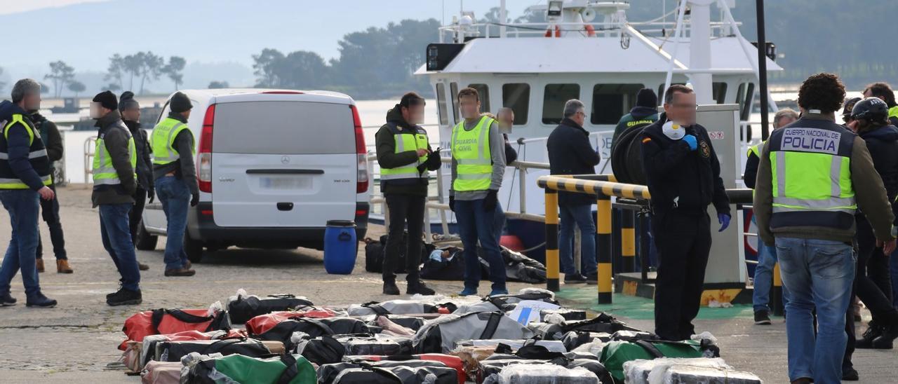 La cocaína que transportaban las dos planeadoras, descargada en el puerto de O Grove.