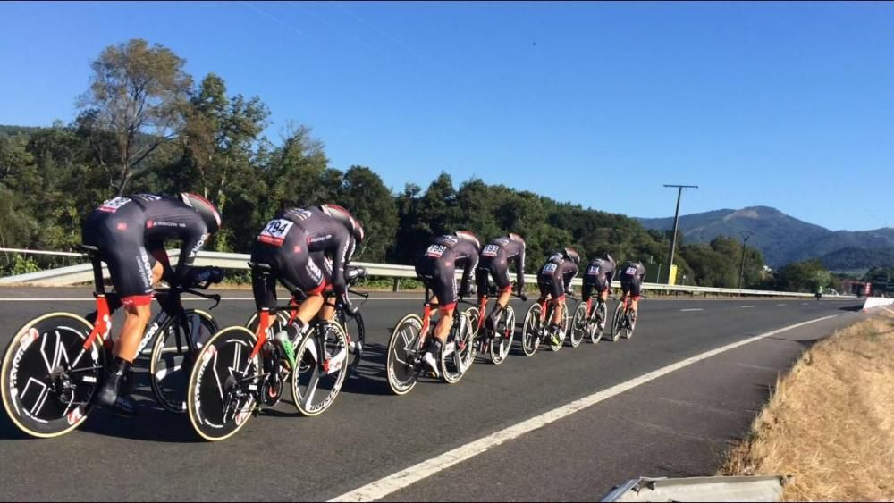 Triunfo del Sky en la cronometrada por equipos entre el Balneario de Laias y el Parque Náutico de Castrelo de Miño. Millares de personas animaron a los ciclistas en la zona de meta.