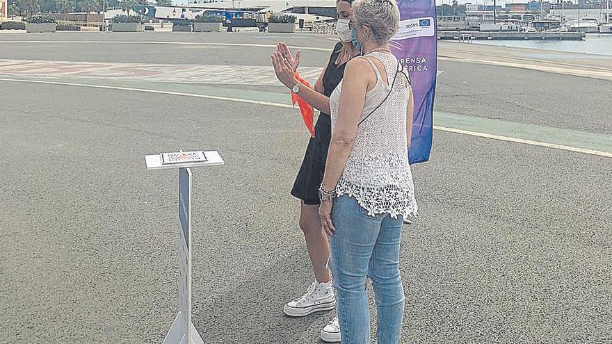Gloria, de Valladolid, atiende a las explicaciones de la monitora.