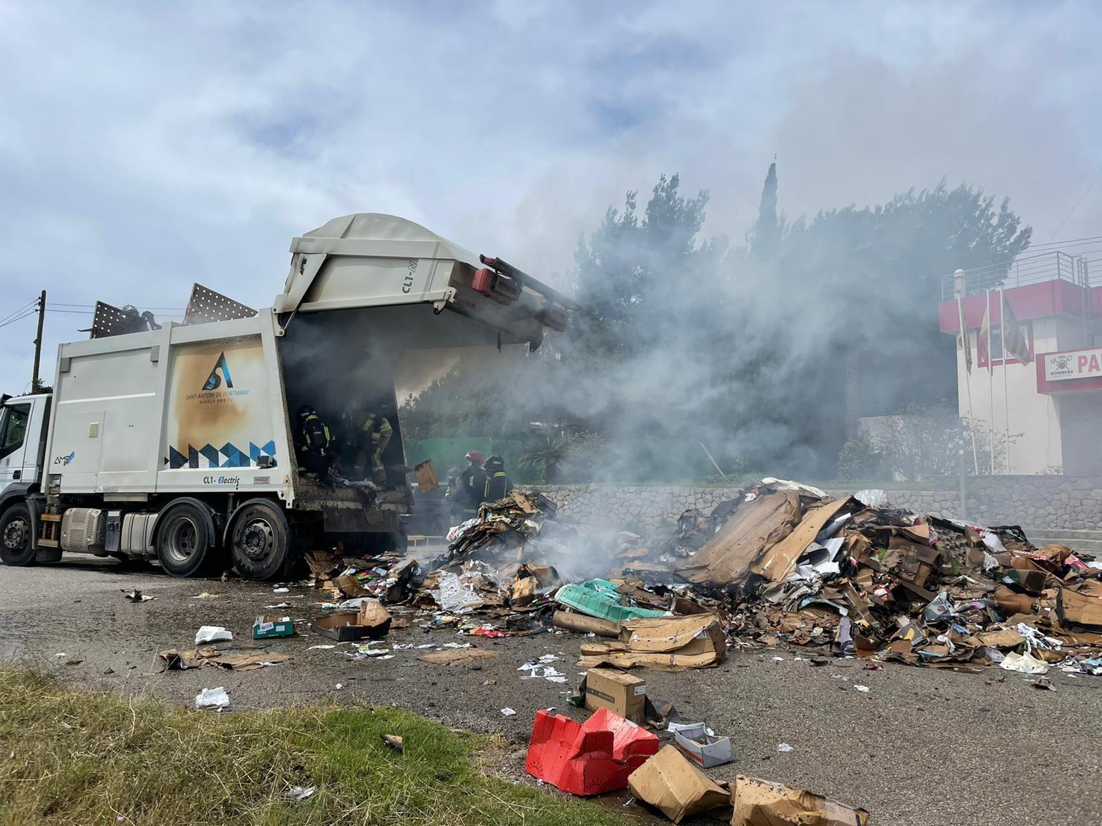 Arde un camión de la basura mientras recogía los residuos de papel en Ibiza