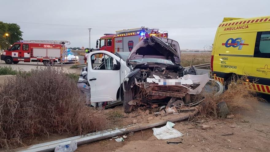 Seis heridos, uno de ellos grave, al caer la furgoneta a un canal en Murcia