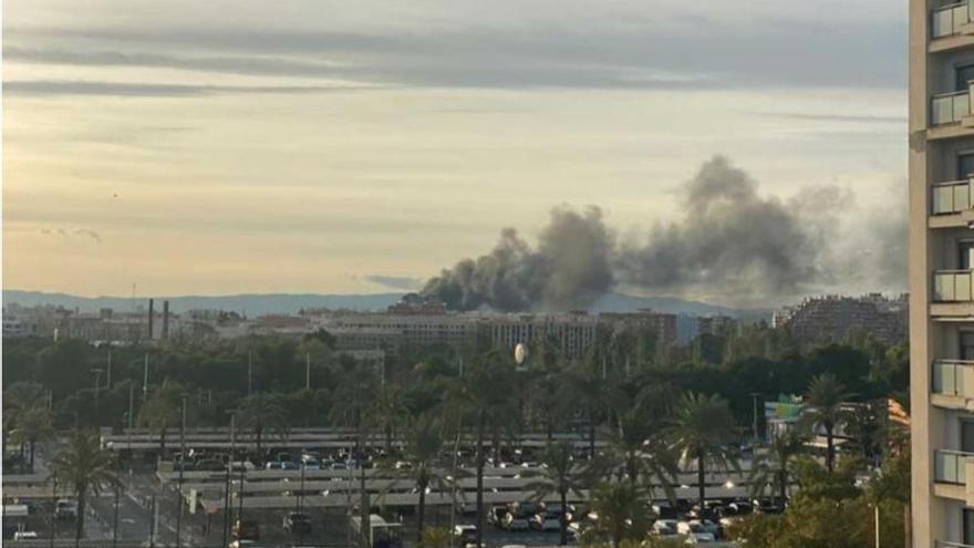 Un incendio en una obra de  Quart de Poblet provoca una gran columna de humo
