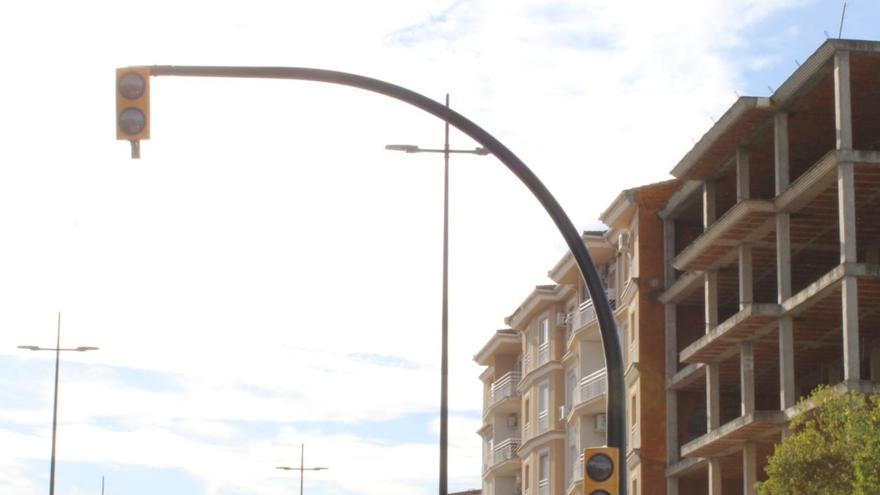Inician la sustitución de semáforos en zonas transitadas de Coria