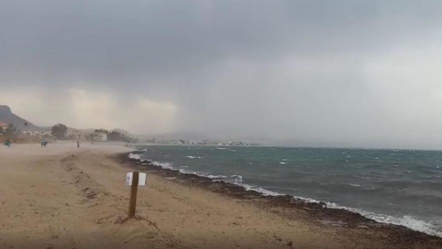 Fuertes rachas de viento en la playa de Dénia