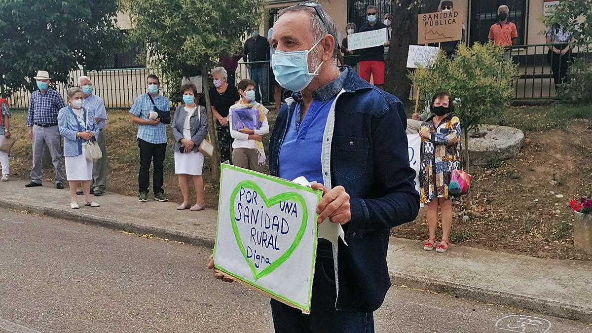 Pedro Gutiérrez, ex alcalde de Pozoantiguo, en una concentración en defensa de la sanidad pública.   M. J. C.