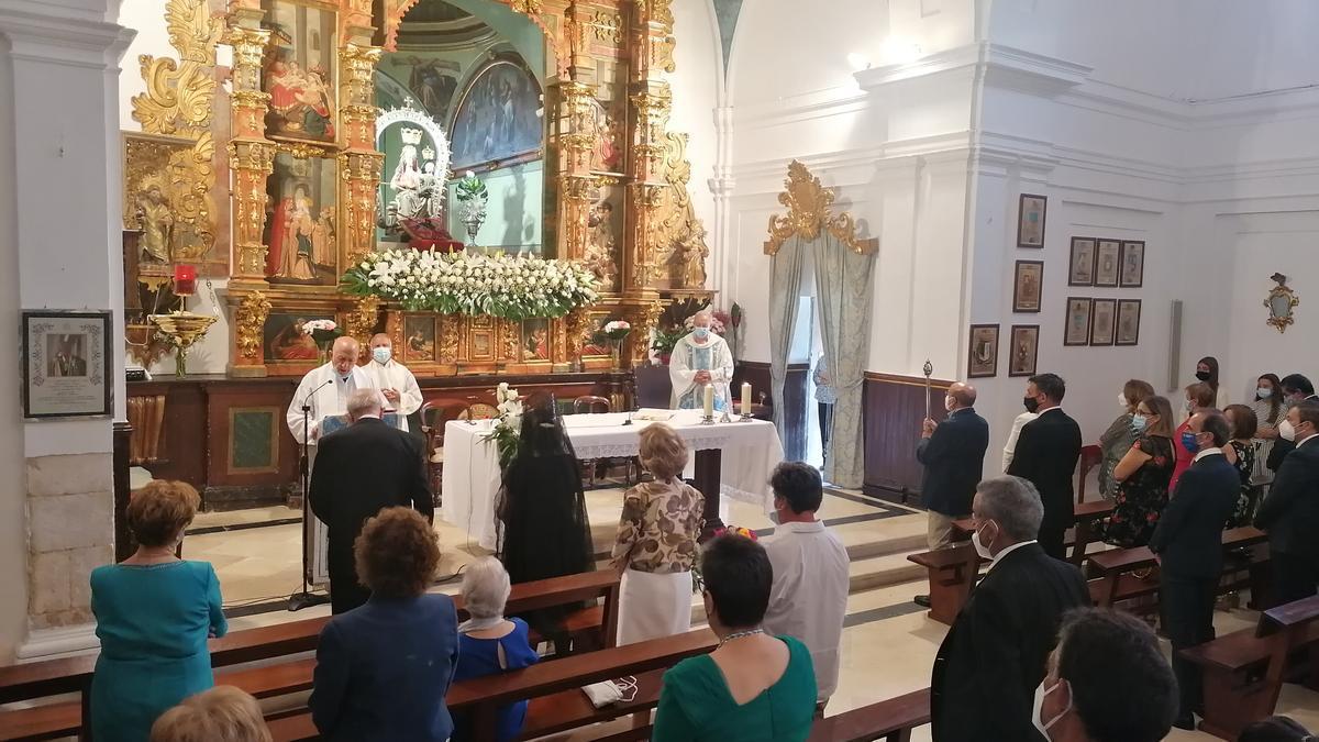 Autoridades, cofrades y toresanos en la eucaristía de fiesta oficiada en la ermita de la Patrona