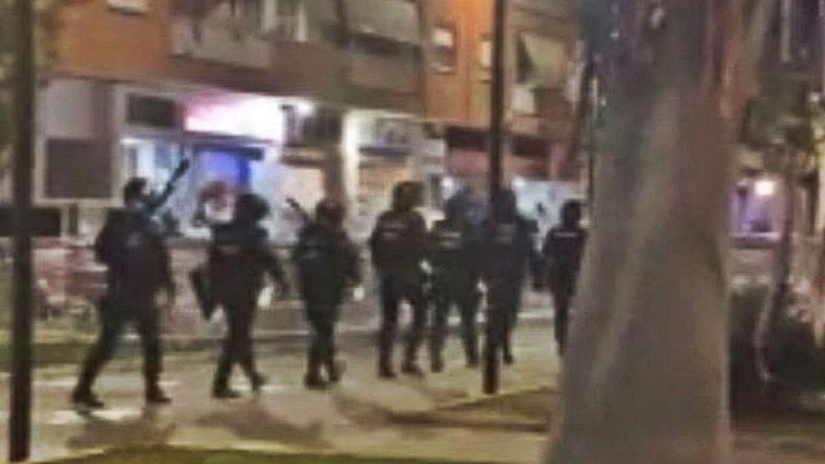 Agentes antidisturbios instantes antes de disolver la 'campal' de Mislata, en diciembre pasado. | LEVANTE-EMV