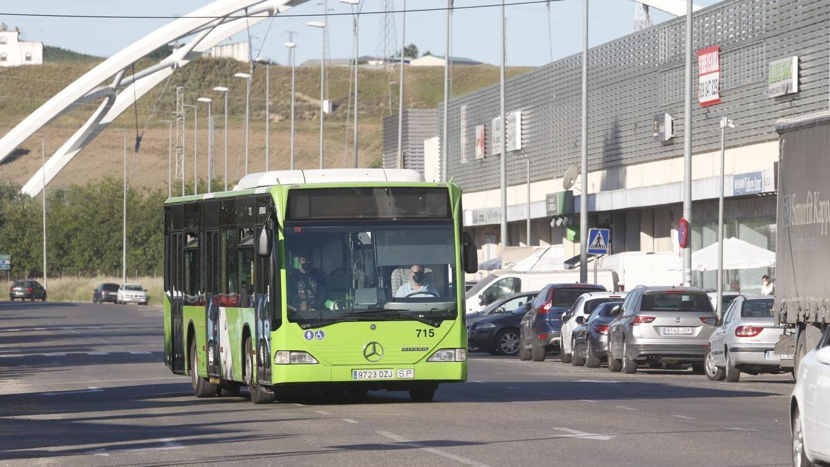 Uno de los autobuses de la nueva línea de Aucorsa en el polígono de la Torrecilla.