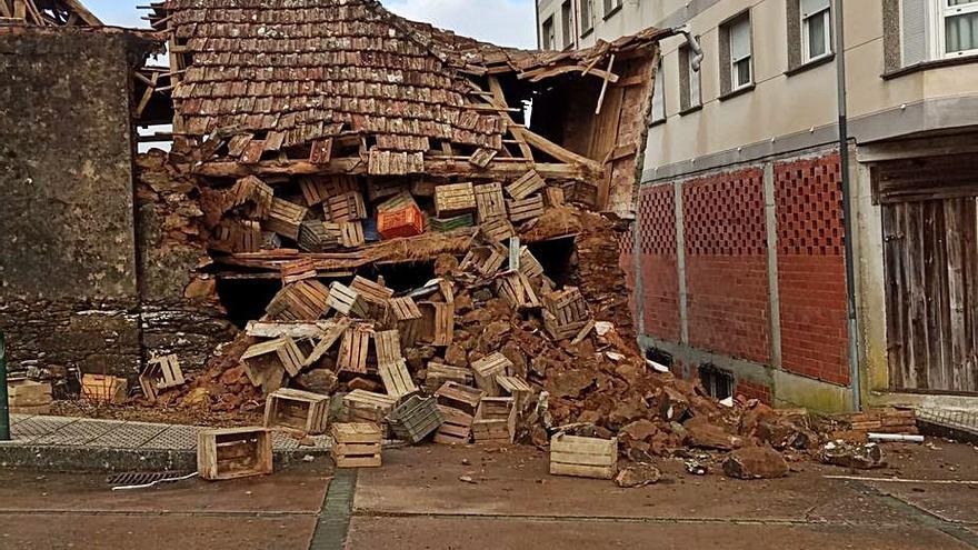 Cae el tejado de una casa junto al campo de la feria de Cruces