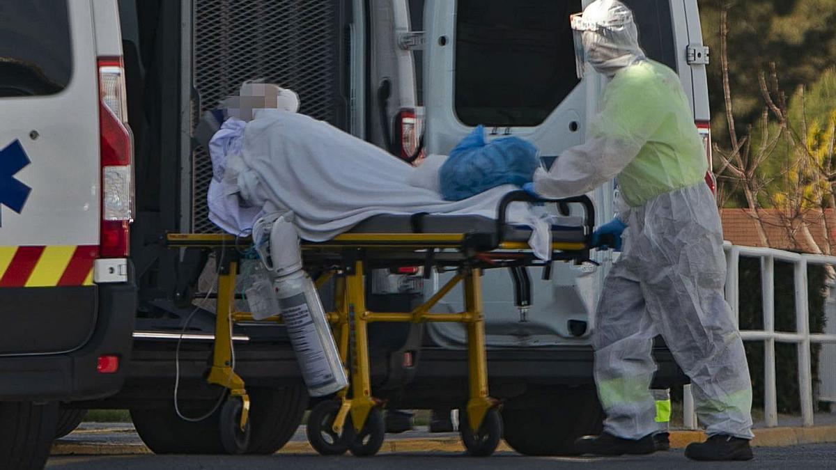 Un enfermo de coronavirus es trasladado al Hospital de Sagunt. | DANIEL TORTAJADA