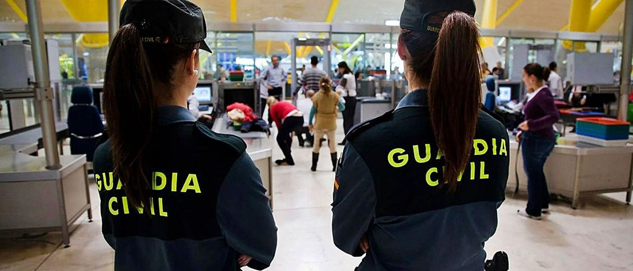 Agentes de la Guardia Civil, en el aeropuerto de Barajas, donde fue interceptado el acusado.