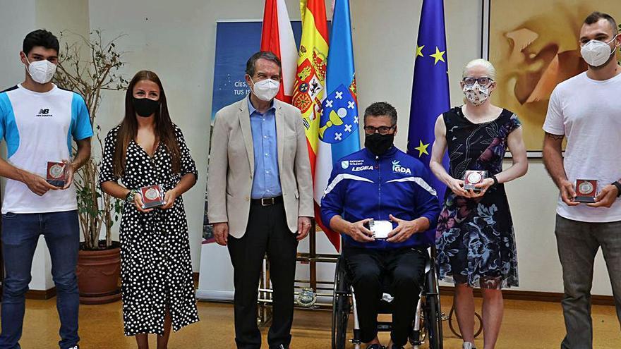 Caballero entrega la bandera y la medalla de Vigo a cinco deportistas de élite vigueses
