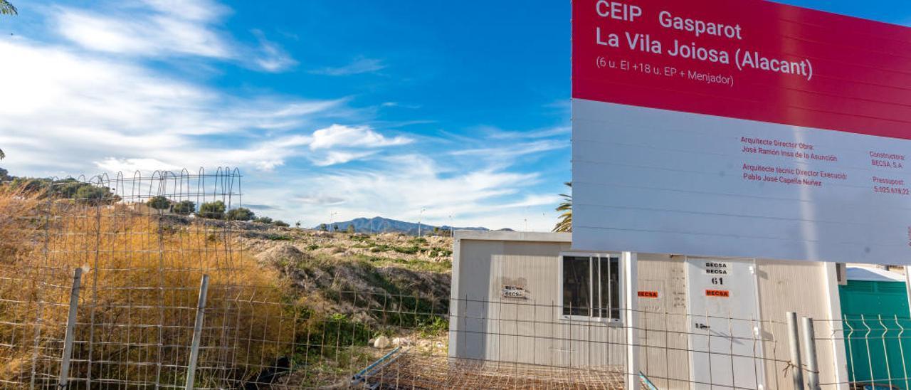 Los primeros materiales de obra y la valla que se han colocado en la parcela donde irá el nuevo colegio Gasparot de La Vila.