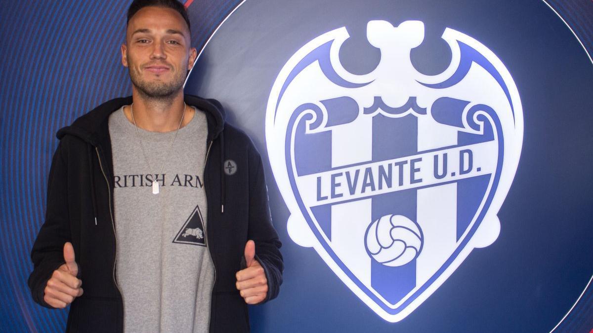 Pablo Íñiguez posa junto al escudo del Atlético Levante, su nuevo equipo.