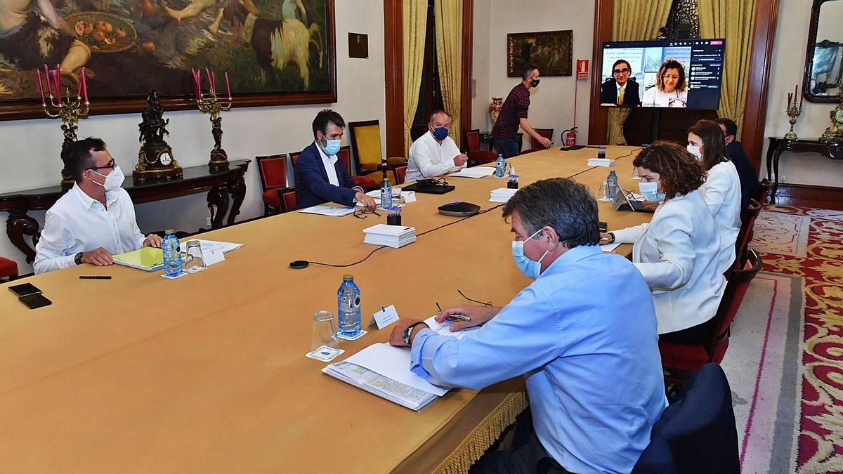 Representantes del Concello, Xunta, Puertos, Adif, Transportes, Puerto y Diputación en la comisión técnica sobre los muelles.     // VÍCTOR ECHAVE