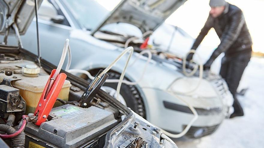 Cómo cuidar o cambiar la batería del coche, tras el frío y la nieve de Filomena