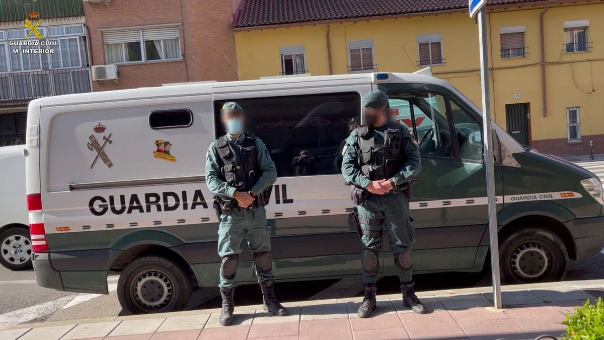 Agentes de la Guardia Civil con un furgón