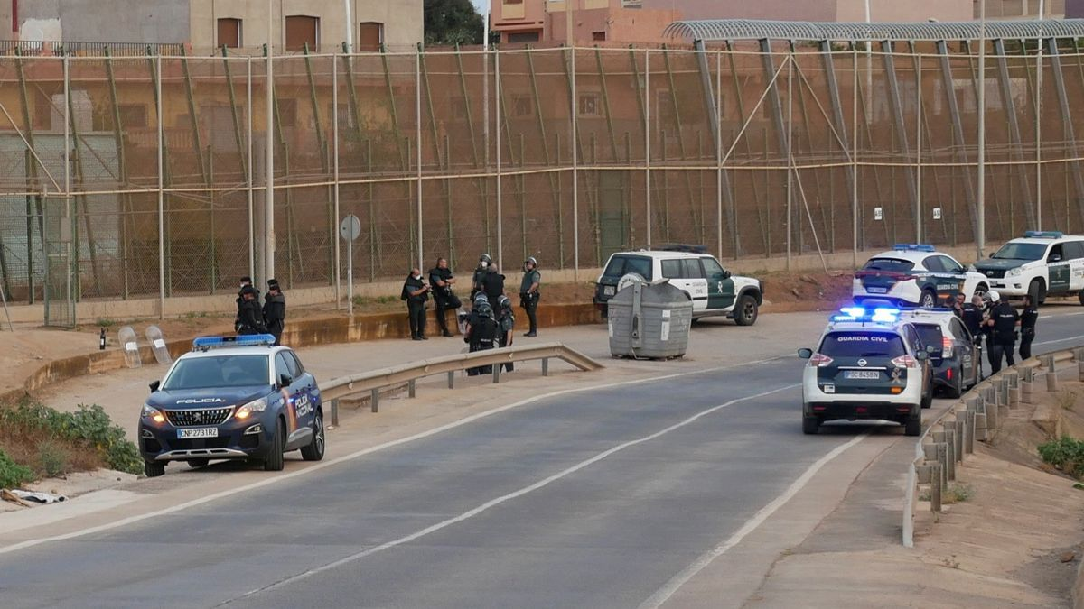 Policía y Guardia Civil frente a la valla de Melilla.