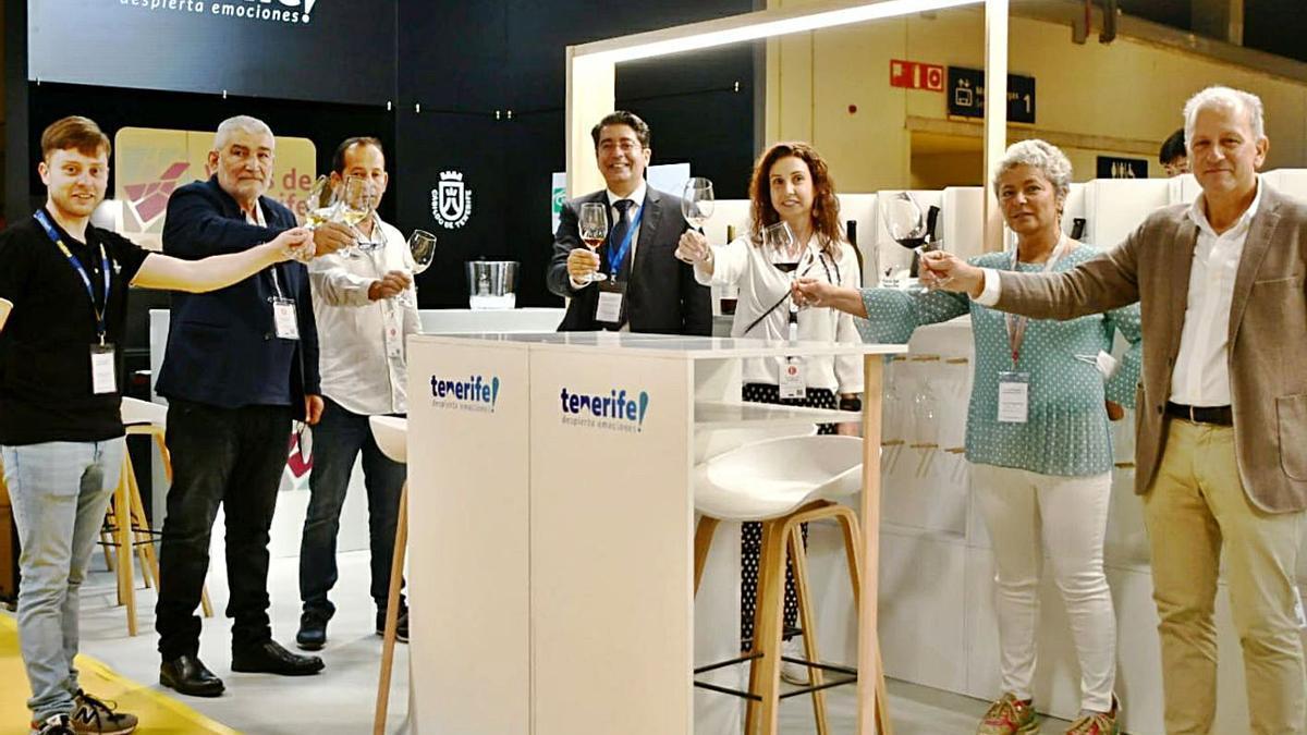 Brindis de los representantes de las seis DO y el presidente del Cabildo, Pedro Martín, en Madrid Fusión.
