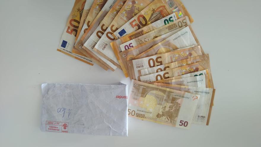 Una vecina de Cehegín entrega a la Policía local un sobre que había encontrado con 1.100 euros