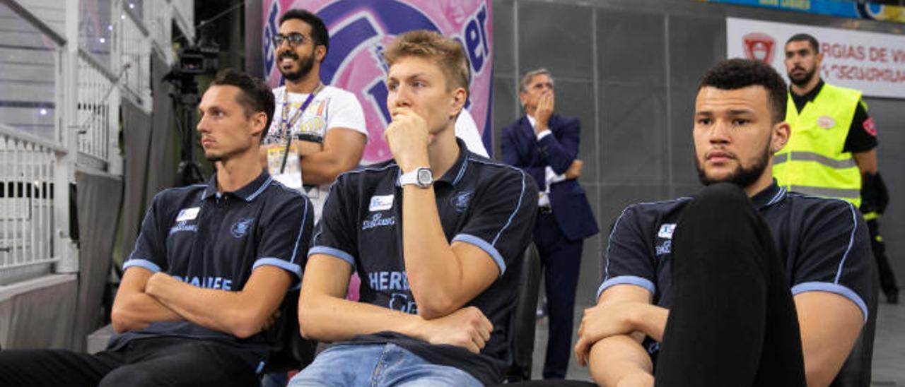 Berdi Pérez, al fondo, con Eriksson, Madsen y Nelson en un primer plano durante un partido de este curso.