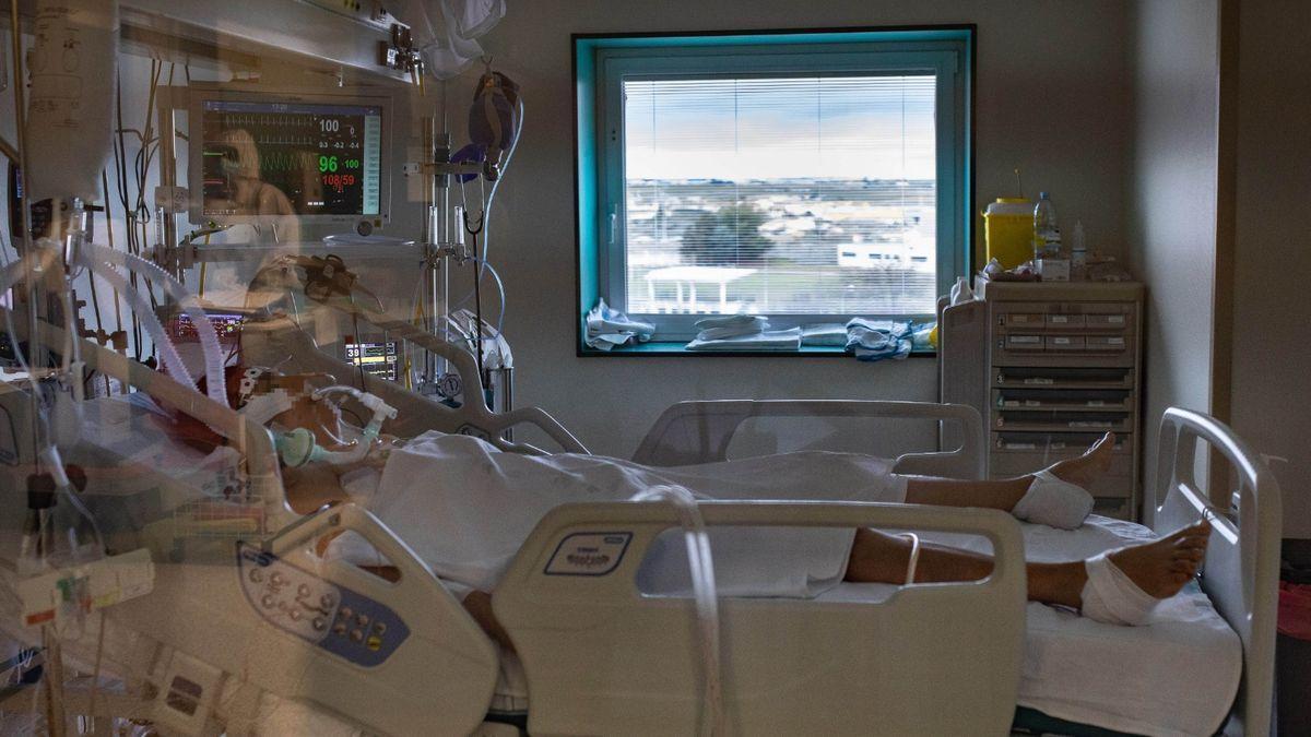 Un paciente de coronavirus en la UCI del Hospital Virgen de la Concha de Zamora en una imagen de archivo. EMILIO FRAILE