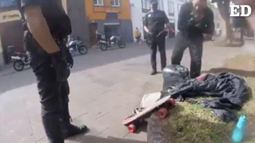 La paciencia de la Policía ante un músico que se niega a poner la mascarilla