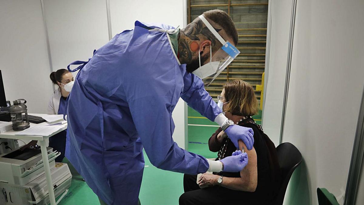 En Inca ya se está inmunizando con la vacuna de Janssen a personas de entre 70 y 79 años.  | GUILLEM BOSCH