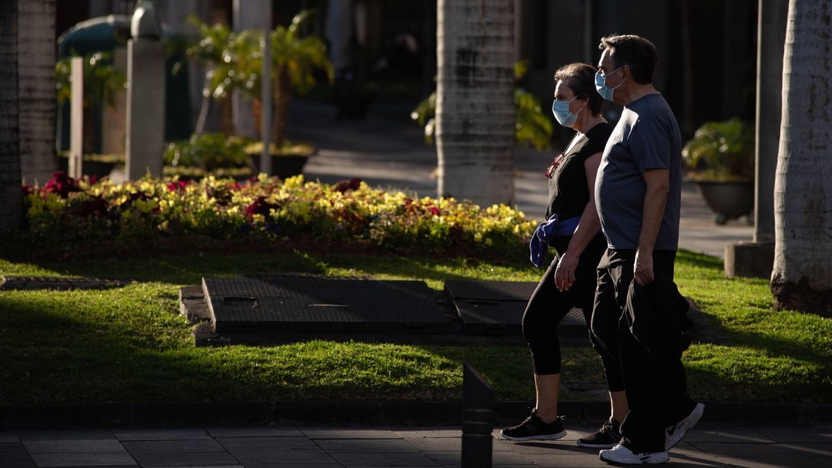 Una pareja pasea por Santa Cruz de Tenerife