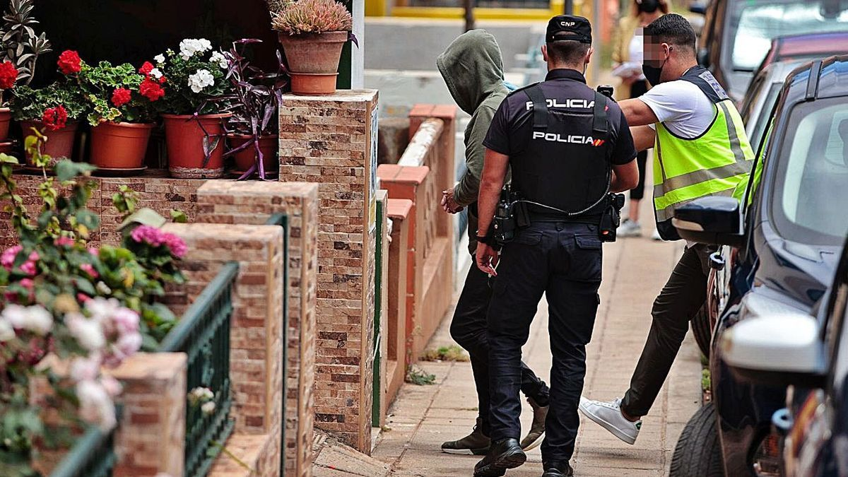 El arrestado por la muerte violenta en La Laguna al ser llevado al lugar de los hechos por la Policía.