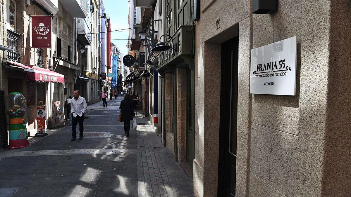 El portal de una vivienda de uso turístico en la calle Franxa. |   // VÍCTOR ECHAVE