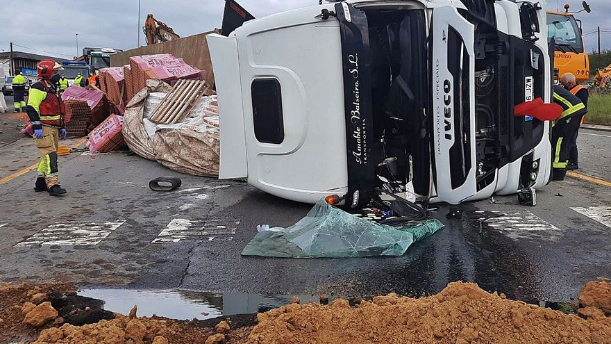 Aparatoso vuelco de un camión con un herido leve en la Nacional VI