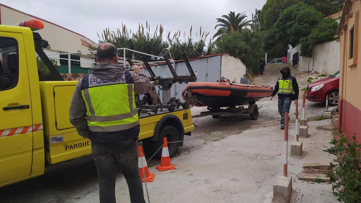 La Policía requisa embarcaciones y detiene a personas en Ceuta dentro del operativo.