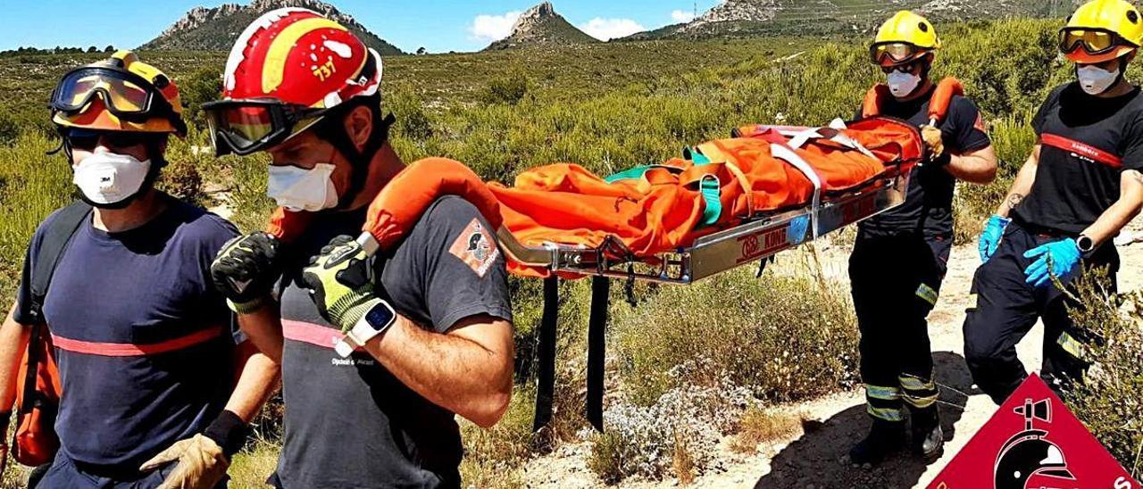 Un momento del rescate de la mujer accidentada.
