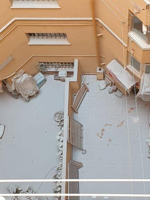 Patio interior de un edificio en el que se abrieron los extintores en una noche de fiesta