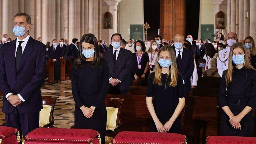 Los Reyes asisten al funeral en la Almudena