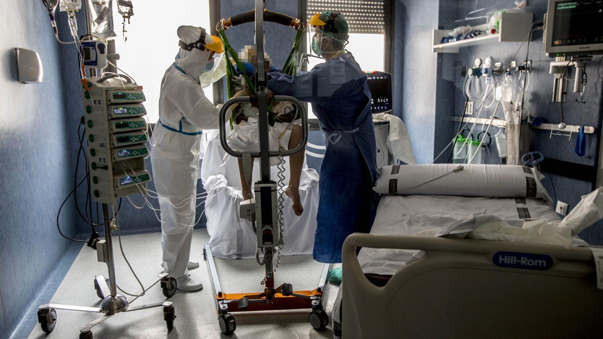 Personal sanitario atiende a un paciente con covid en el Hospital de Sant Joan.