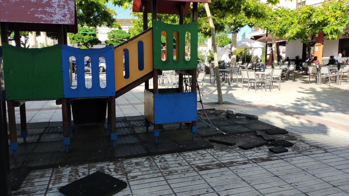 Una imagen del parque y los trozos de caucho rotos y diseminados por la zona.