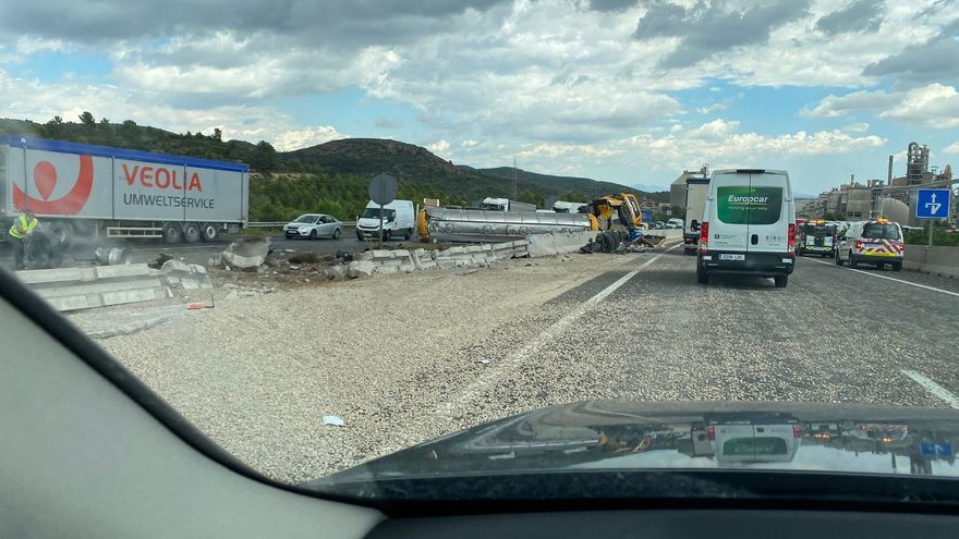 El vuelco de un camión cisterna en Buñol obliga a cortar varios carriles de la A-3