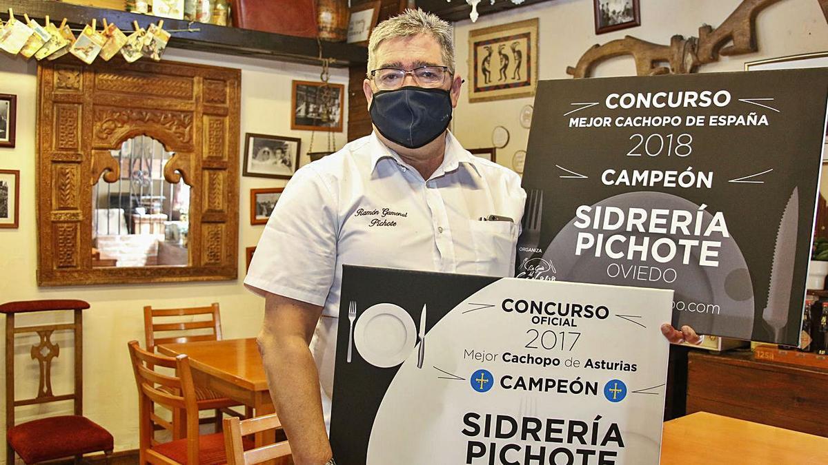 Ramón Gamonal con los diplomas de ganador del concurso de cachopos