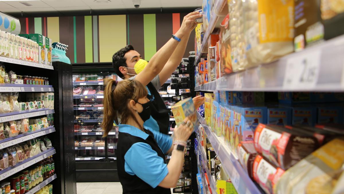 Un alumne que finalitzat l'IFE fent les pràctiques en un supermercat de Manresa