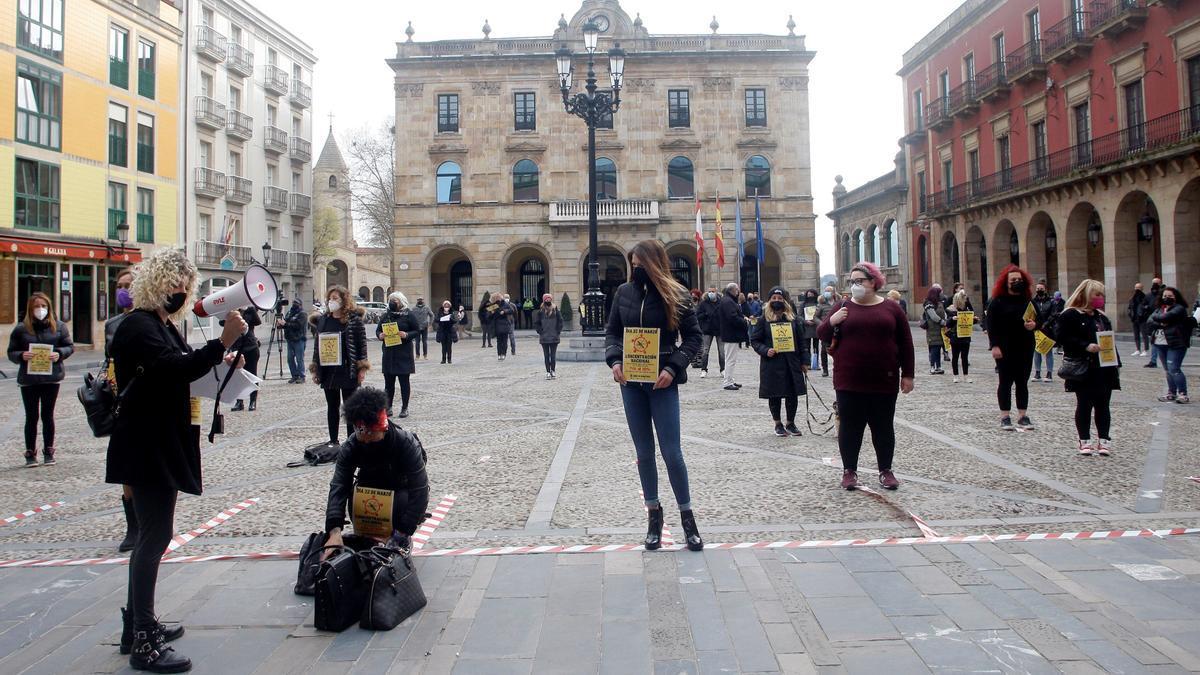 Concentración de empresarios y trabajadores de peluquerías frente al Ayuntamiento de Gijón.