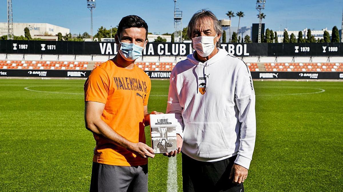 Guillamón recibe el regalo de su libro bilográfico de manos de Ricardo Arias.  | LÁZARO DE LA PEÑA/VCF