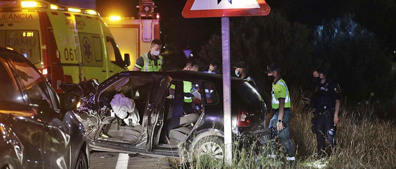 Efectivos de emergencias, en un accidente en el que murieron dos jóvenes en Palma en mayo.