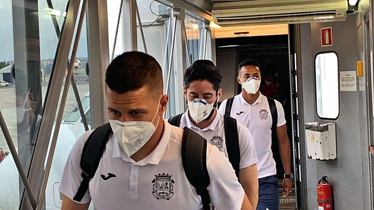 Jugadores del Fuenlabrada, en el viaje a A Coruña.
