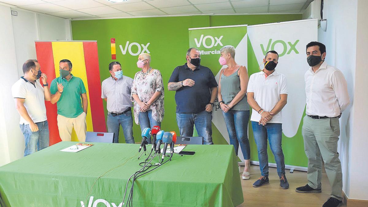 Rueda de prensa ofrecida ayer por el coordinador de Vox Murcia junto al concejal José Palma y sus seis pedáneos.