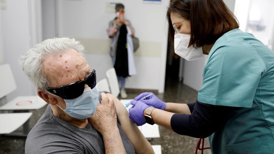 Las comunidades pedirán a Sanidad que apruebe la tercera dosis de la vacuna para los mayores