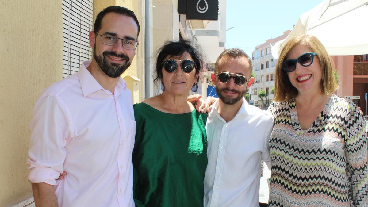 La alcaldesa (segunda por la izquierda) y los tres concejales de Compromís