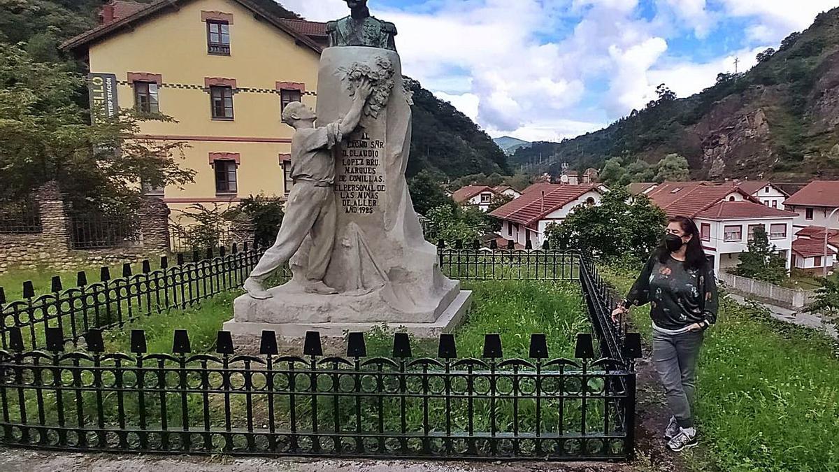 María Fernanda Fernández, junto al restaurado monumento dedicado al marqués de Comillas.